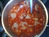 einkochen der Chillis mit Gewürzen, Tomatenmark und Essig